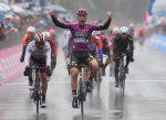 Ackermann se lleva la etapa 5 del Giro con un sprint bajo la lluvia