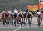 Gaviria se lleva la tercera etapa del Giro tras la descalificación de Viviani